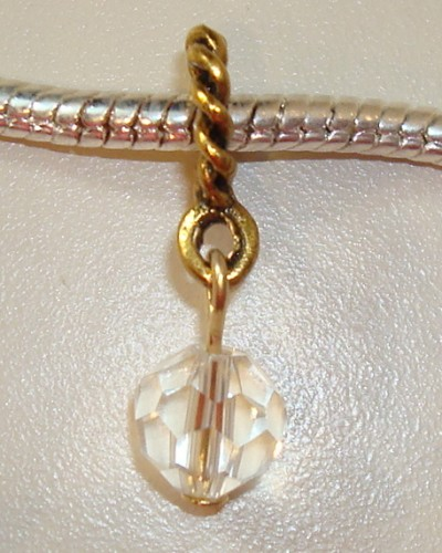 Vergulde dangle met facetgeslepen kristal